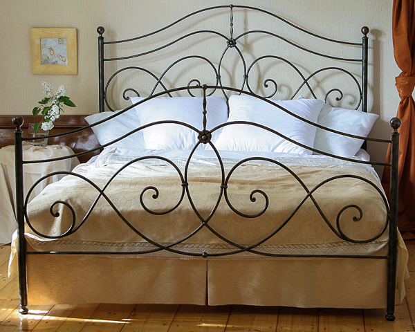 Łóżko metalowe kute Beatrice dwa szczyty